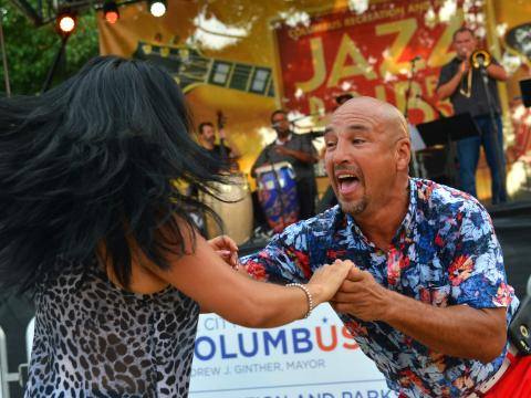 Danse lors d'un concert dans le cadre du Jazz & Rib Fest à Columbus, Ohio