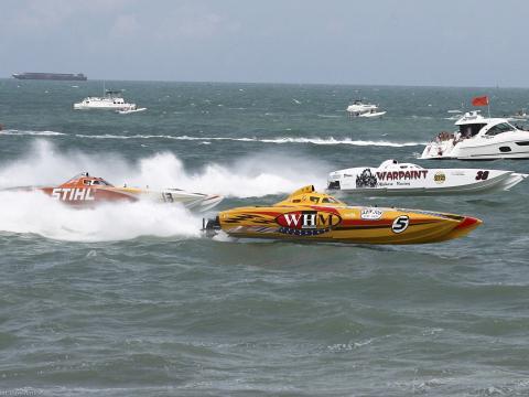 Course de hors-bords dans l'océan Atlantique à l'occasion du Thunder on Cocoa Beach, Floride