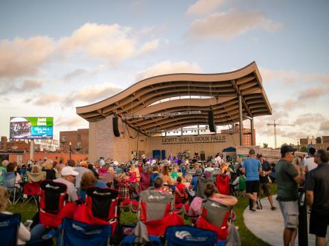 Public assistant à un concert dans le cadre de l'événement estival Levitt at the Falls, à Sioux Falls