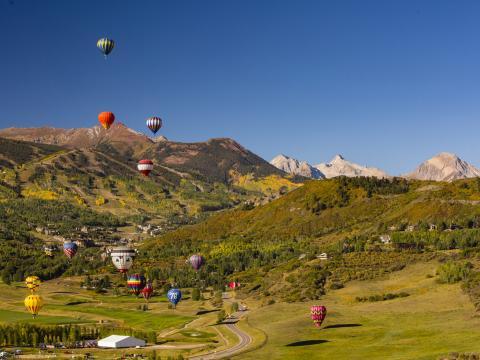 Montgolfières flottant au-dessus du paysage pendant le Snowmass Balloon Festival, dans le Colorado